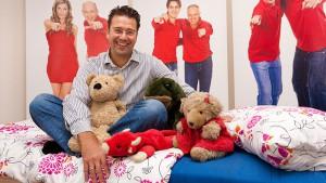 """Marc Peine bei für das Hilfsprojekt """"Jedem Kind sein eigenes Bett"""""""